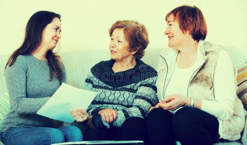 Donne senior che si consultano con l'agente di attività bancarie fotografia stock libera da diritti