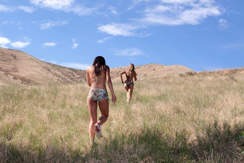 Donne sexy nel funzionamento del bikini fotografie stock libere da diritti