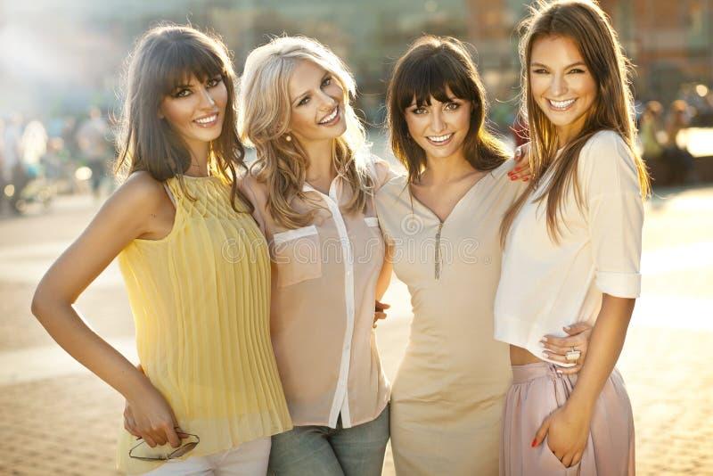 Donne sorridenti fotografia stock libera da diritti