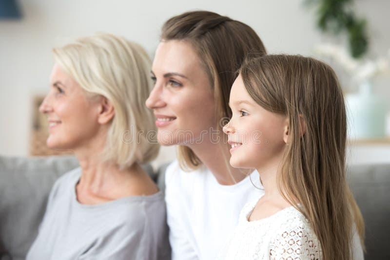 Donne sorridenti in una famiglia di tre generazioni che guarda al futu luminoso fotografia stock libera da diritti