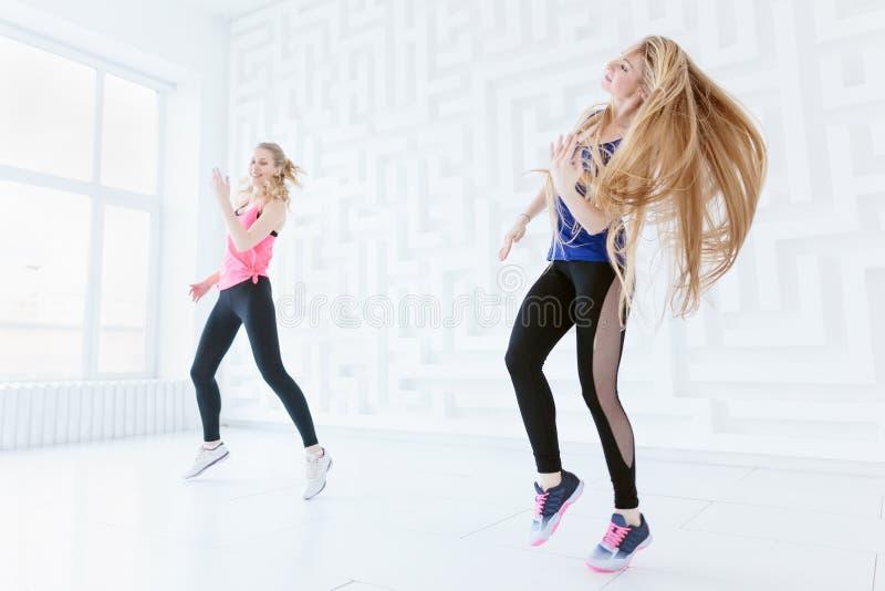 Donne sportive che ballano nello studio fotografia stock