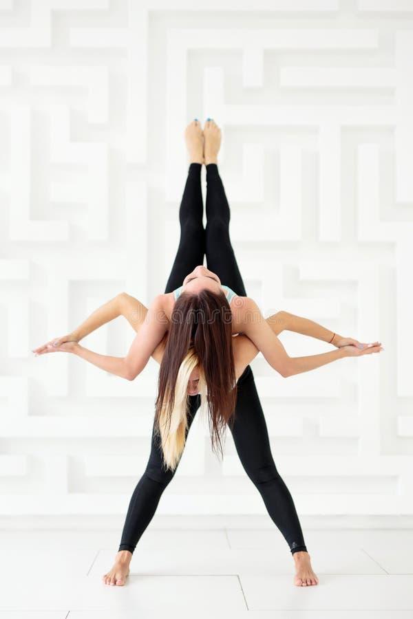 Donne sportive che fanno insieme yoga di acro fotografia stock libera da diritti
