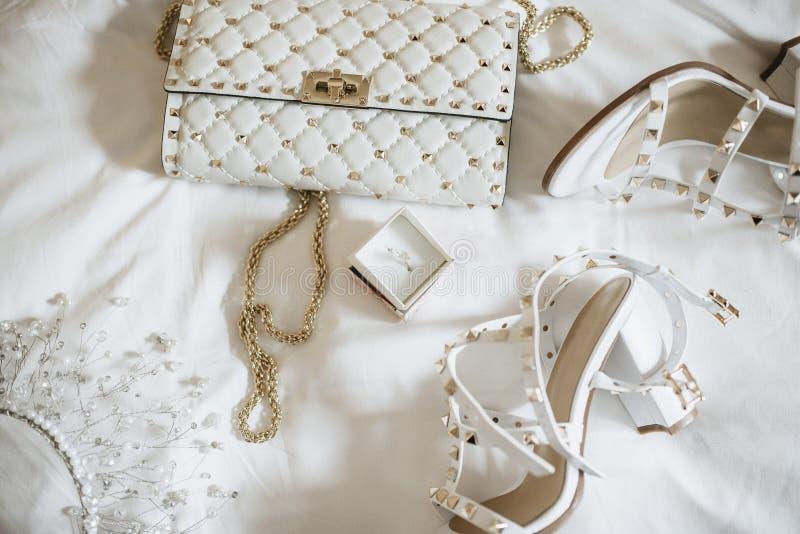 Donne  ?sposa degli accessori di s Borsa, scarpe, anelli, profumo nuziale fotografie stock libere da diritti