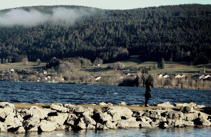 Donne sul lago fotografia stock libera da diritti