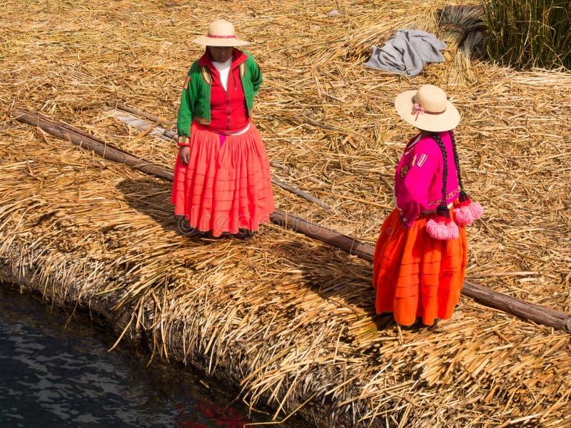 Donne sul pilastro in Reed Islands sul Titicaca, 6/13/13 fotografia stock