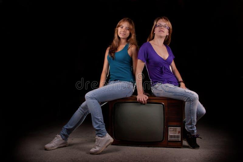 Donne sulla retro televisione fotografie stock