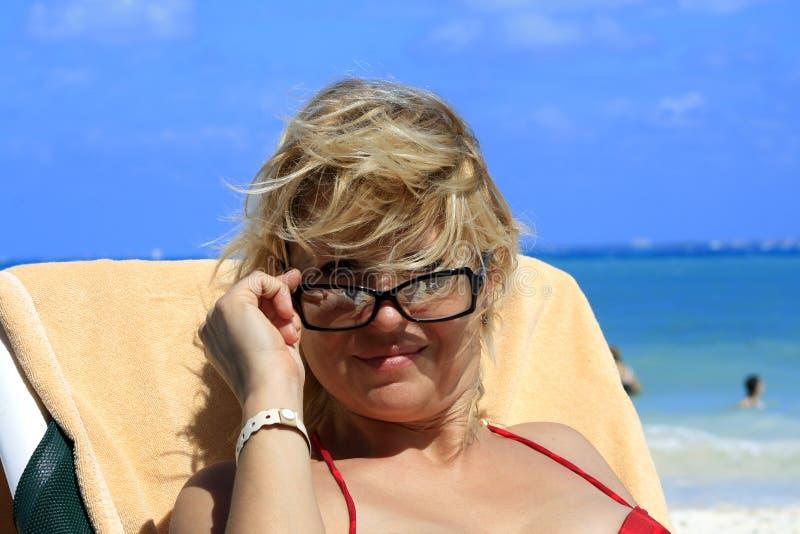 Donne sulla spiaggia immagini stock libere da diritti