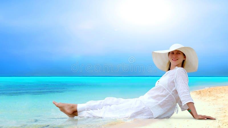 Donne sulla spiaggia tropicale piena di sole immagini stock