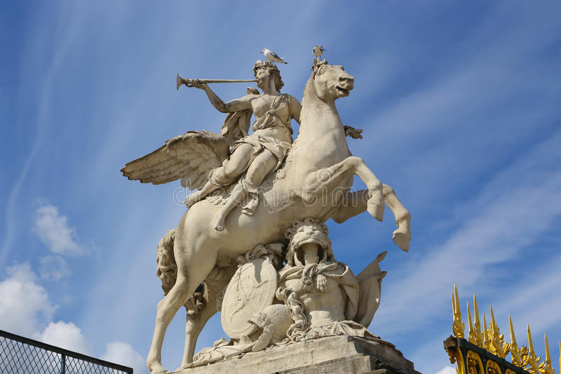 Donne sulla statua del cavallo - Parigi fotografie stock