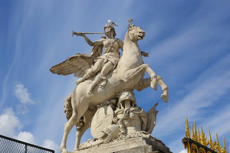 Donne sulla statua del cavallo - Parigi immagine stock libera da diritti