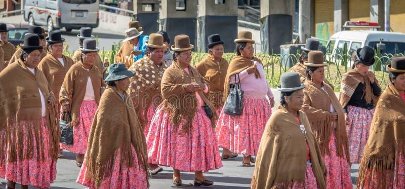 Donne tradizionali Cholitas in vestiti tipici durante i primi della parata di festa del lavoro di maggio - La Paz, Bolivia immagini stock libere da diritti
