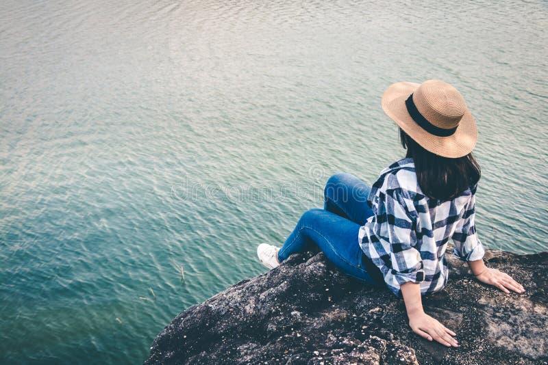 Donne turistiche nel mezzo della natura pacifica, viaggio dei turisti per trovare soltanto la bellezza della natura immagini stock libere da diritti