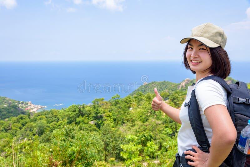 Donne turistiche sul punto di vista a Koh Tao fotografie stock libere da diritti