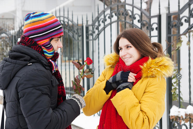 Donne une rose en hiver photographie stock