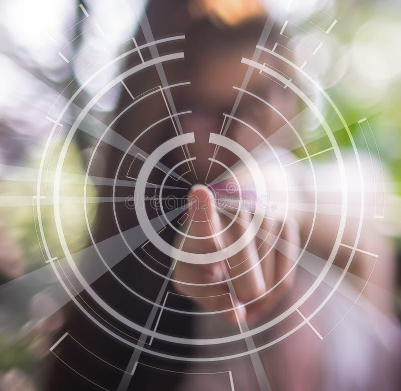 Donne vaghe che indicano all'aria con tecnologia immagine stock