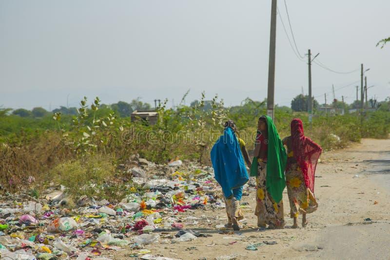 Donne variopinte in sari e rifiuti variopinti fotografie stock libere da diritti
