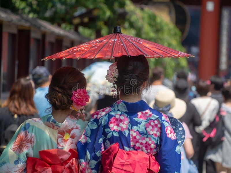 Donne vestite in kimono a Tokyo fotografie stock libere da diritti