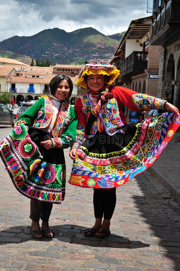 Donne in vestiti e cappelli rossi tradizionali fotografie stock libere da diritti