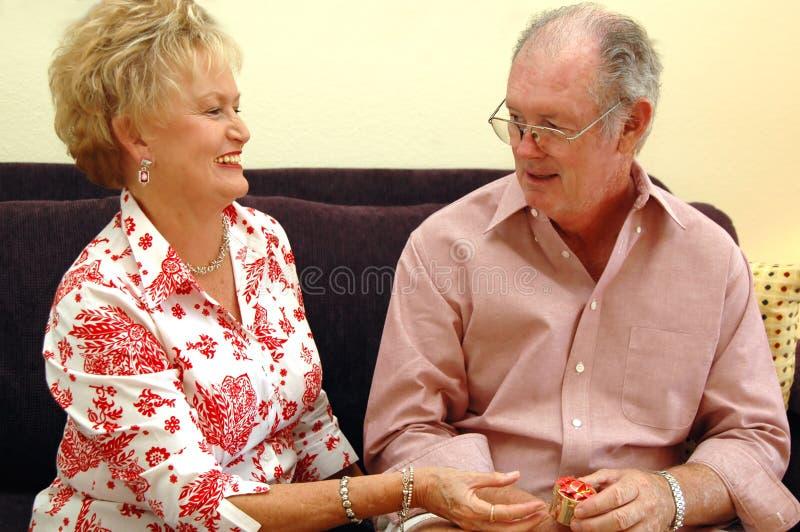 Donner aîné de cadeau de couples photographie stock libre de droits