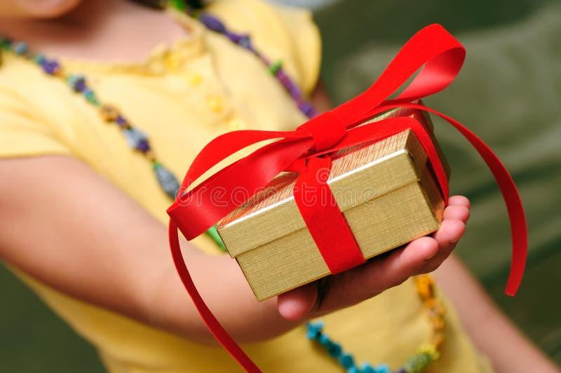 donner de cadeau d'enfant image libre de droits