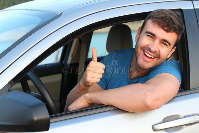 Donner enthousiaste de conducteur de voiture pouces  image stock