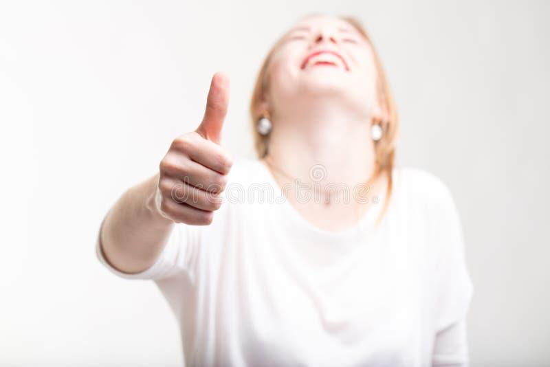 Donner enthousiaste exalté de femme pouces  photos libres de droits