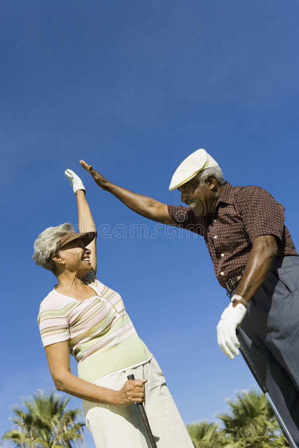 Donner heureux de couples Haut-Cinq images libres de droits