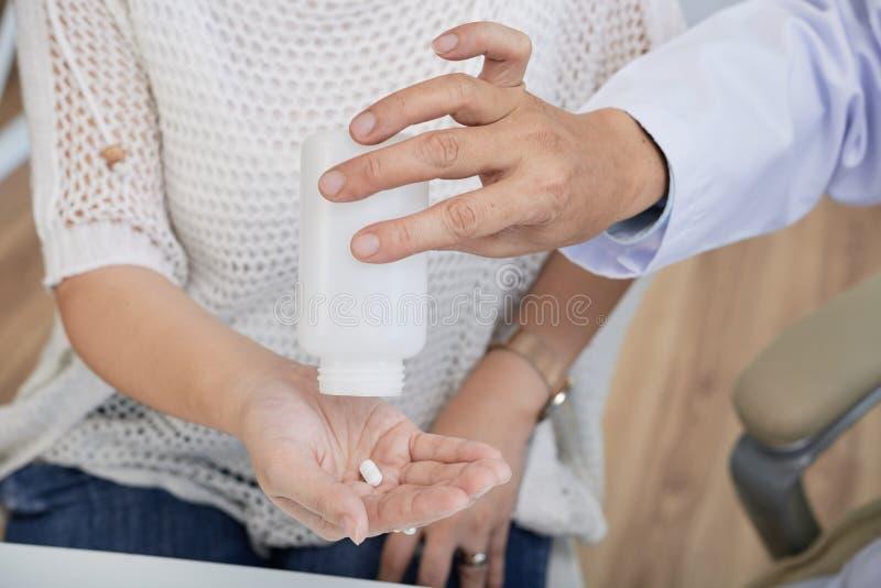 Donner la pilule au patient photos libres de droits