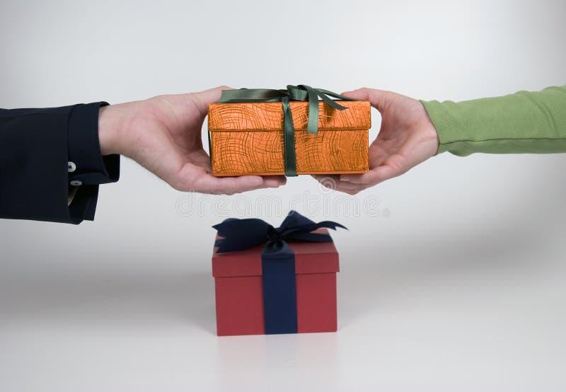 Donner le cadeau photographie stock