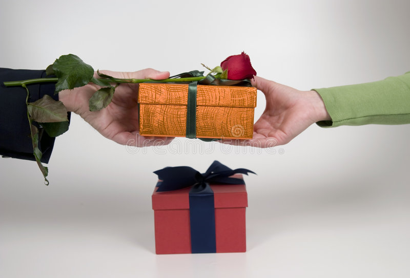 Donner le cadeau photos stock