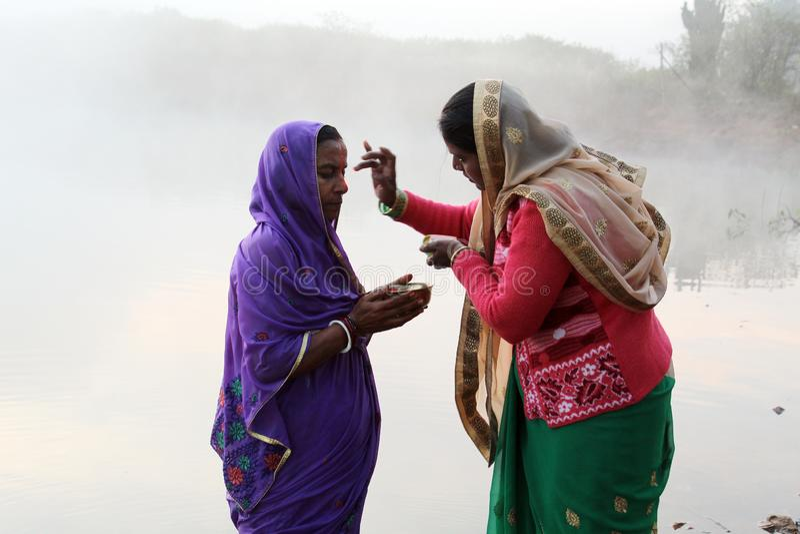 Donner Tilak à l'occasion de Chhath Puja images stock