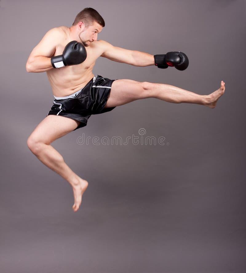 Donner un coup de pied-boxeur photographie stock