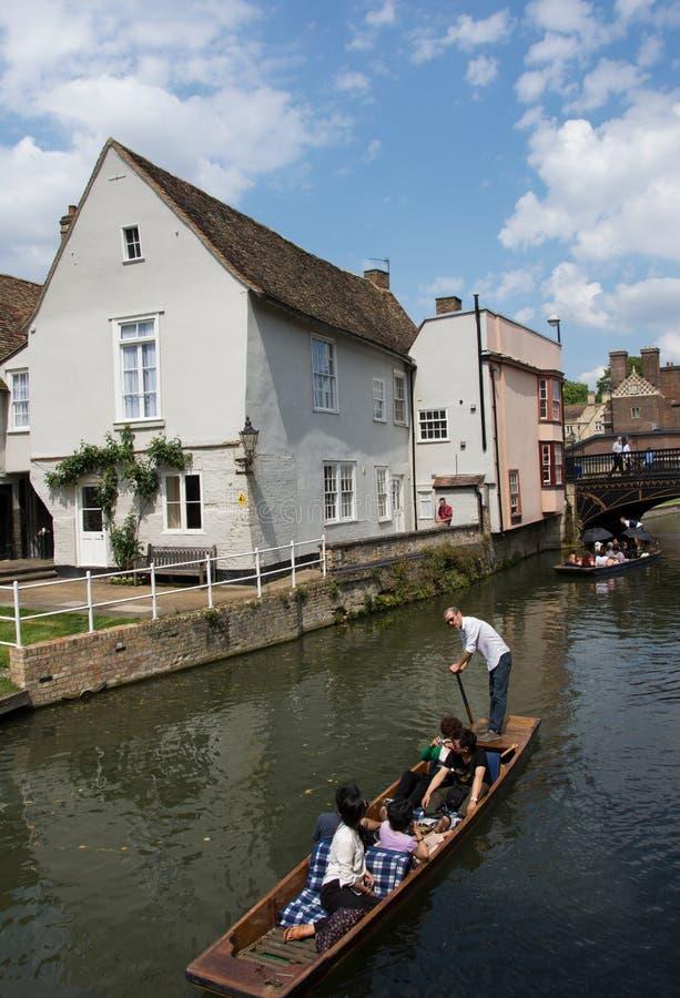 DONNER UN COUP DE VOLÉE À CAMBRIDGE image stock