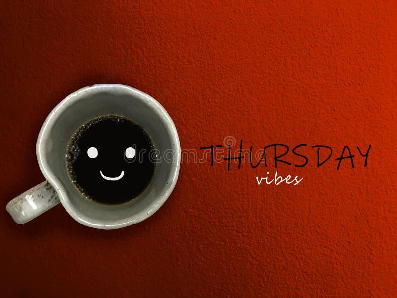 Donnerstags-SchwingungensKaffeetasselächeln auf blauem Hintergrund stockbild