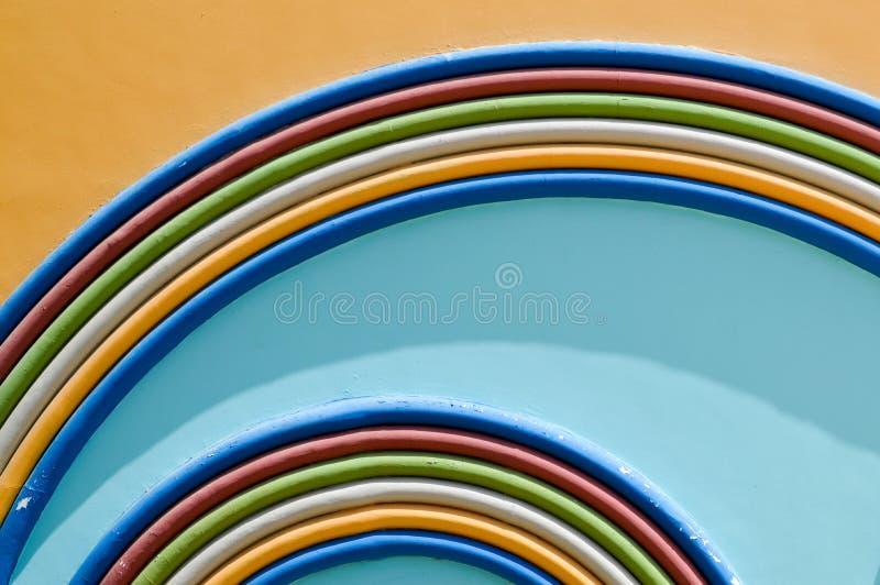 Donnez à l'arc une consistance rugueuse de fête bariolé coloré coloré abstrait d'arc-en-ciel de peinture du fond bleu et jaune dé photo stock