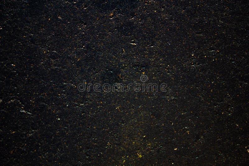 Donnez à l'asphalte une consistance rugueuse humide photographie stock libre de droits