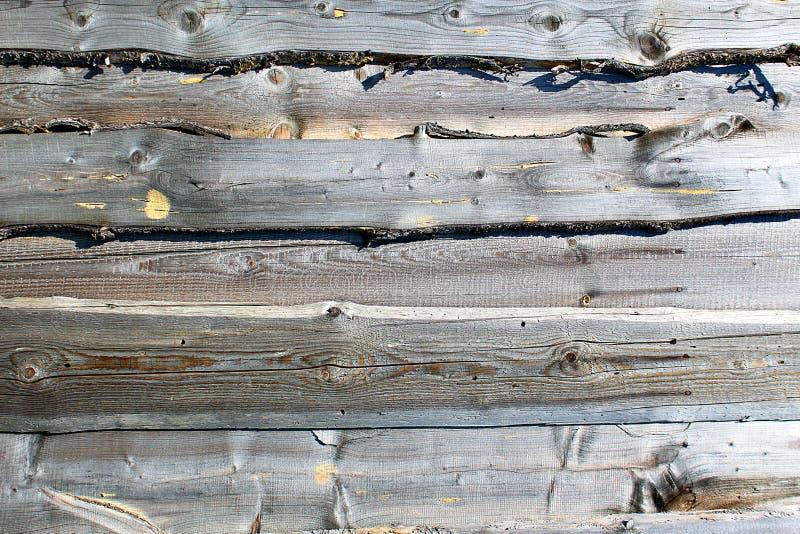 Donnez à la barrière une consistance rugueuse en bois grise obsolète et superficielle par les agents photos stock