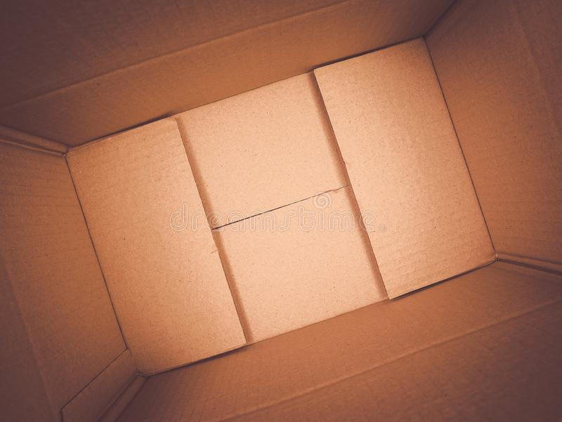 Donnez à la boîte une consistance rugueuse de papier brune de fond, boîte en carton rectangulaire ouverte vide image stock