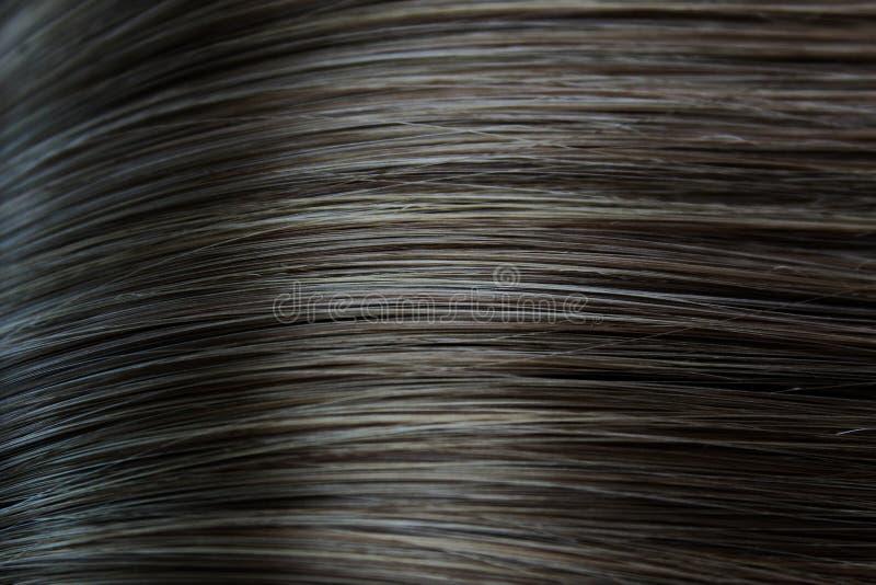 Donnez à la longue couleur une consistance rugueuse noire en gros plan de cheveux droits photos stock