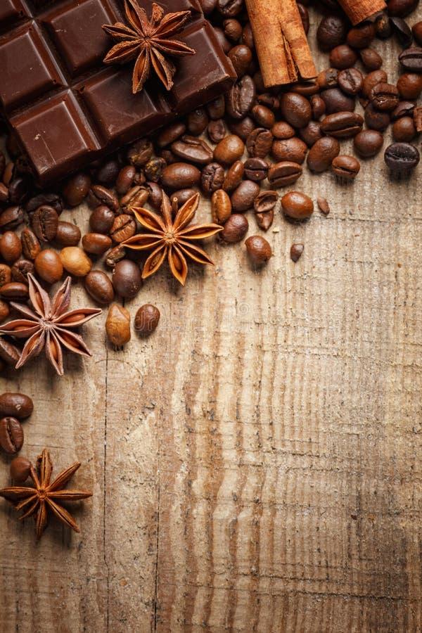 Donnez à renverser une consistance rugueuse les grains de café, le chocolat, la cannelle et les clous de girofle Vue supérieure C images libres de droits