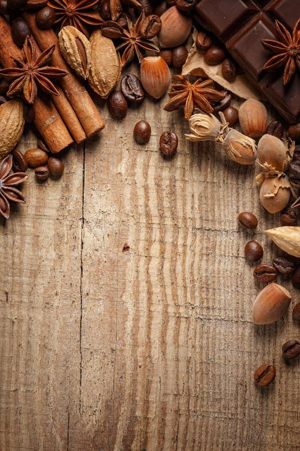 Donnez à renverser une consistance rugueuse les grains de café, le chocolat, la cannelle et les clous de girofle Vue supérieure C image stock