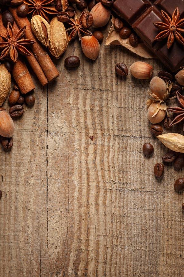 Donnez à renverser une consistance rugueuse les grains de café, le chocolat, la cannelle et les clous de girofle Vue supérieure C photos libres de droits