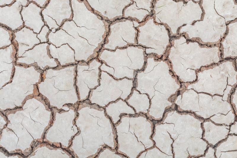 Donnez au backgr une consistance rugueuse sale de grain de détresse de recouvrement fendu par sécheresse de sol photographie stock libre de droits