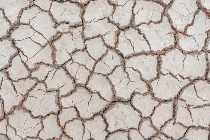 Donnez au backgr une consistance rugueuse sale de grain de détresse de recouvrement fendu par sécheresse de sol photos libres de droits