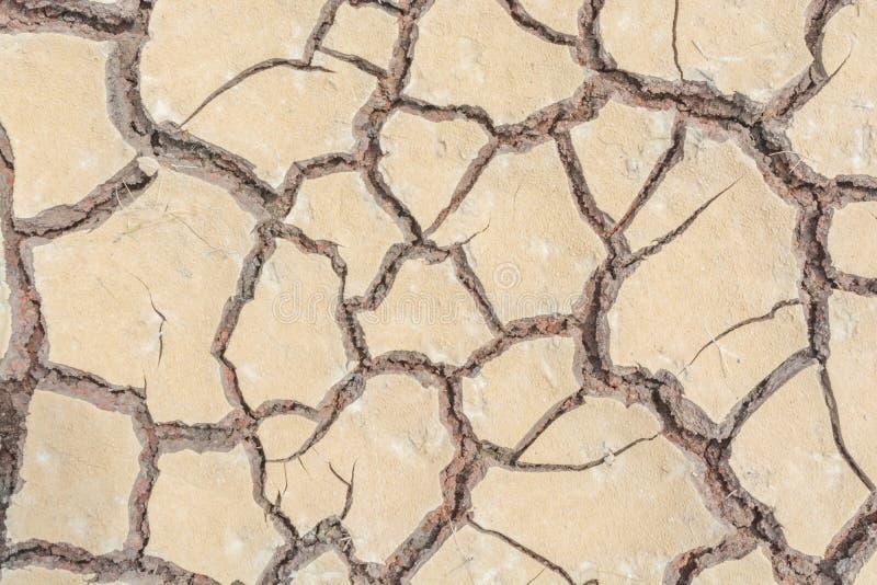 Donnez au backgr une consistance rugueuse sale de grain de détresse de recouvrement fendu par sécheresse de sol photos stock