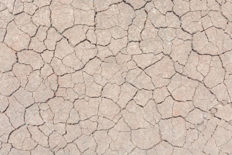 Donnez au backgr une consistance rugueuse sale de grain de détresse de recouvrement fendu par sécheresse de sol photo libre de droits