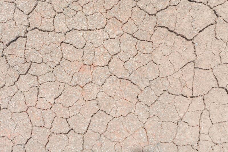 Donnez au backgr une consistance rugueuse sale de grain de détresse de recouvrement fendu par sécheresse de sol photo stock