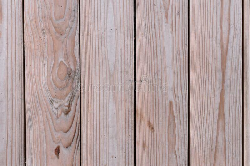 Donnez au fond une consistance rugueuse vertical clair d'orientation de cinq conseils en bois photographie stock