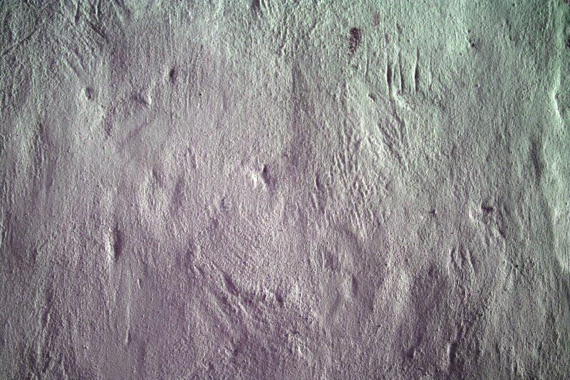Donnez au mur une consistance rugueuse blanchi vieux par béton avec un gradient de couleur claire, taches colorées, surface en pi photographie stock libre de droits