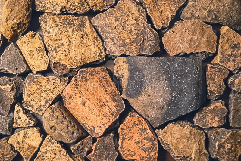 Donnez aux fragments une consistance rugueuse de la céramique préhistorique médiévale antique antique de civilisations Découverte photo stock